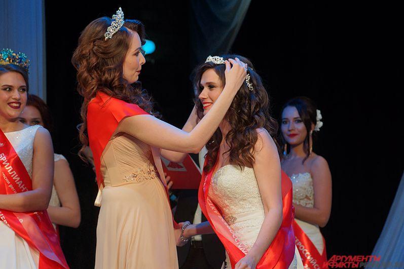 Корону победительницы и титул «Бриллиантовая невеста России» получила из рук организаторов конкурса Анастасия Тараканова из Новосибирска.