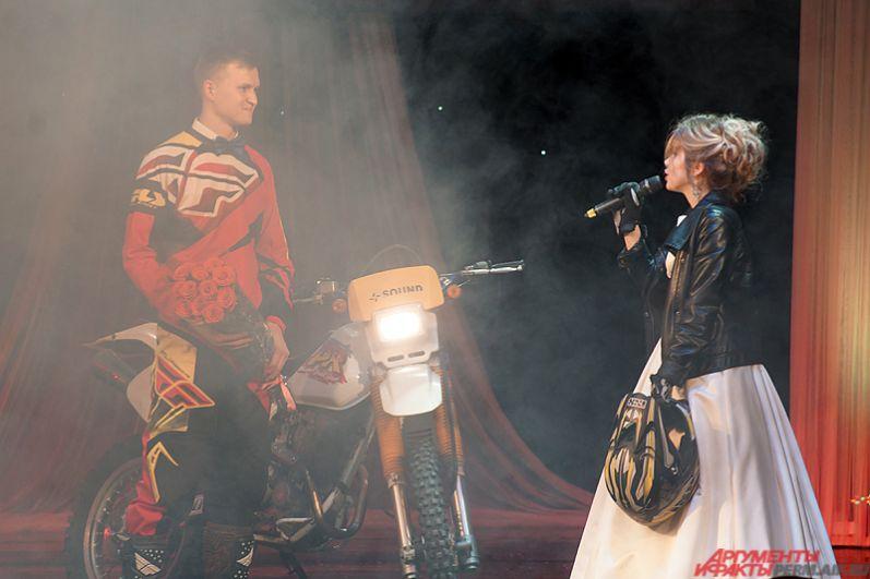 Удивила зрителей пермская участница финала Ирина Дробинина. Её муж выкатил на сцену мотоцикл, тем самым показав общее хобби семьи.