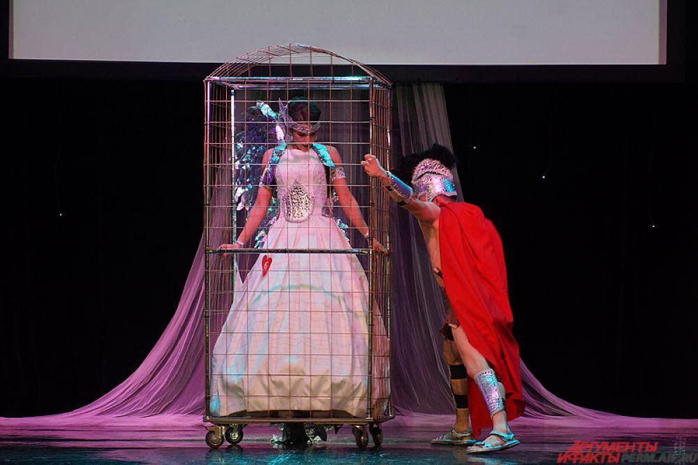 Девушки постарались на славу. Особенно креативно подошла к заданию участницу, вышедшая на сцену в железной клетке.
