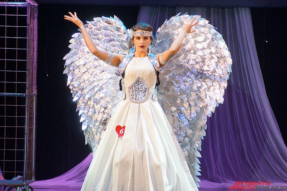 Стилизованные блестящие крылья за спиной использовали в своём образе несколько участниц.