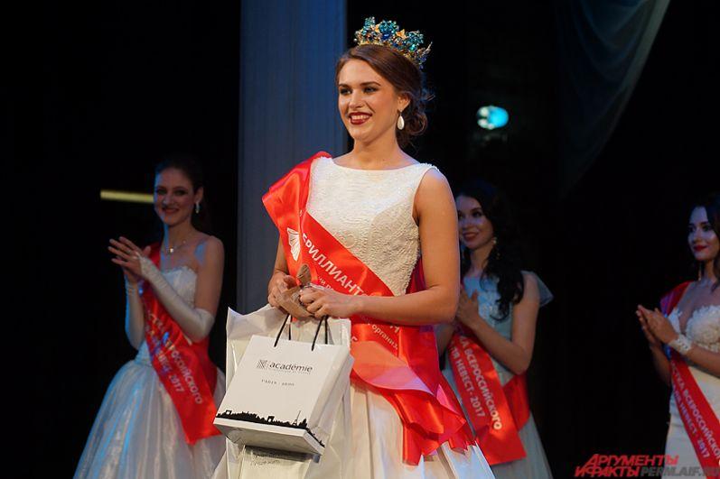 Звания «Золотая невеста» и «Бриллиантовая невеста России» по версии региональных организаторов получила Анисья Ротова из города Кемерово.