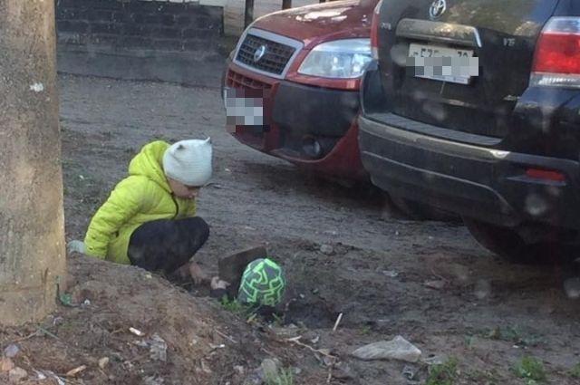 Местные жители требуют разобраться с опасными ямами.