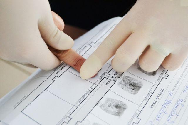 В Пуровском районе угонщика автомобиля выдали отпечатки пальцев.