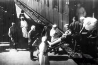 В годы войны на фронте трудились не только врачи и медсестры, но и санитарки, водители, электрики.
