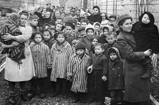 «Отбракованных» детей отправляли на тяжёлые работы либо на медицинские эксперименты СС в Освенцим и Бухенвальд. Советские врачи и представители Красного креста среди узников Освенцима в первые часы после освобождения лагеря.