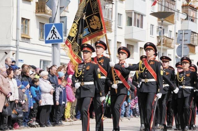 По площади около ДК им. Кирова в Перми прошли 250 кадетов.