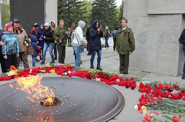 В тот день к вечному огню принесли тысячи цветов