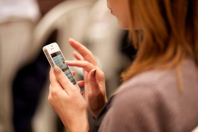 В Надыме пенсионер сознался, что присвоил чужой телефон.
