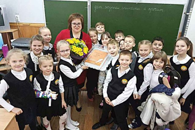Ученики поздравили Ирину Дмитриеву с победой в конкурсе и подарили торт в виде книги.