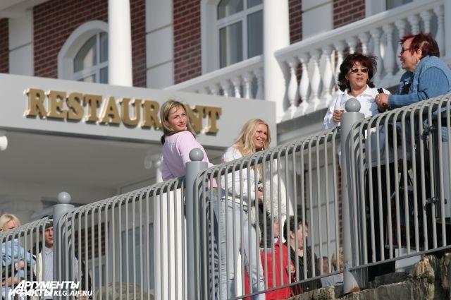 Места в гостиницах бронируют задолго до наступления лета.