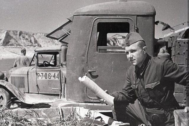Евгений Подшивалов перед выездом на задание. 1942 год.