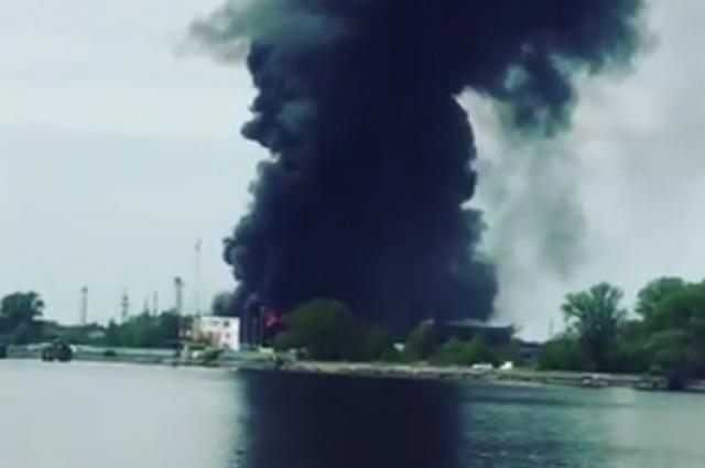 Пожар площадью 500 кв. мнапроизводстве полуприцепов гасят вКалининградской области