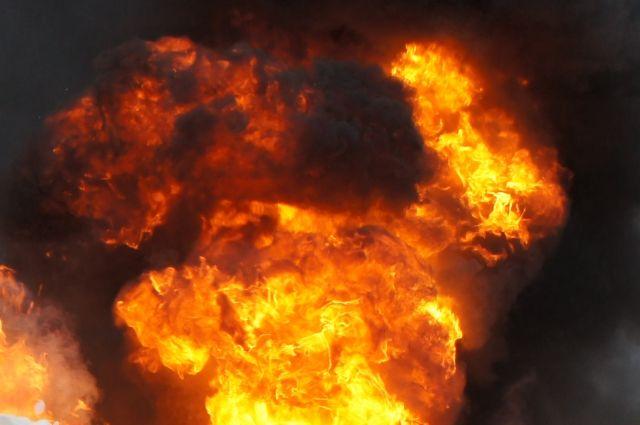 26 человек гасят мощный пожар наокраине Калининграда