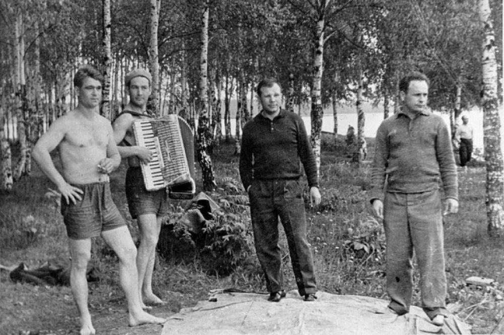 Первые советские космонавты: Юрий Гагарин, Алексей Леонов, Борис Волынов, Виктор Горбатко - на пикнике в Долгопрудном.