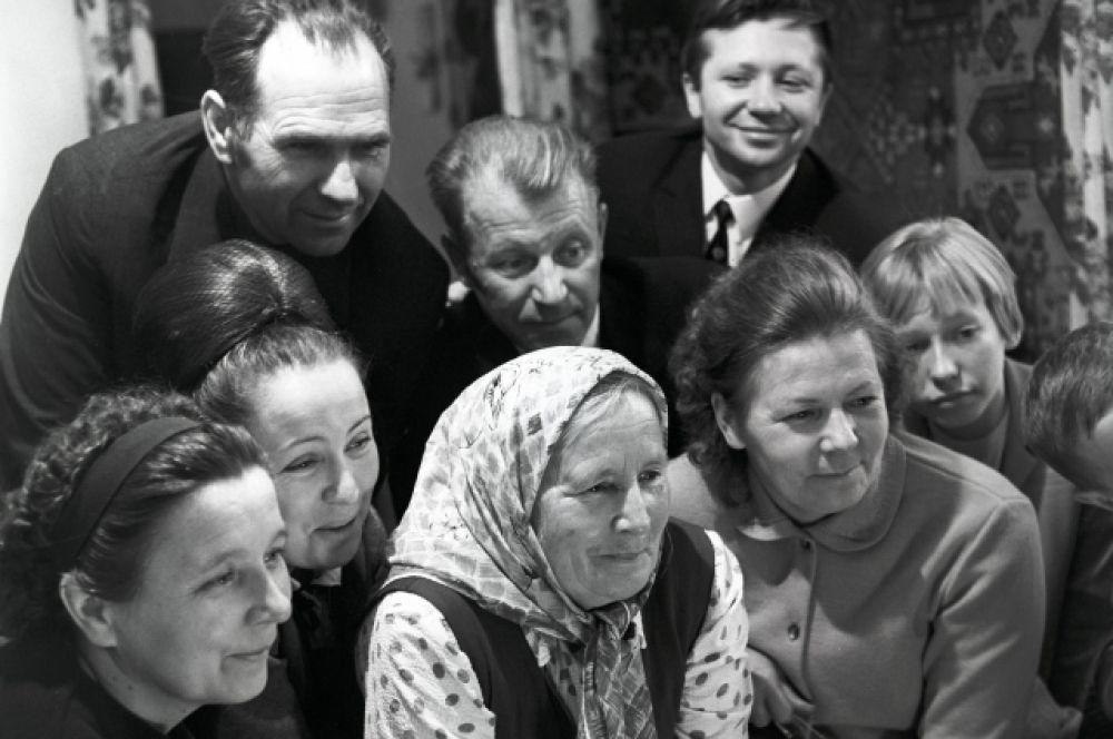 1969 год, станица Советская Краснодарского края. Родные и близкие Горбатко смотрят передачу о старте космического корабля «Союз-7». В центре - мать космонавта Матрена Александровна. Станица Советская Краснодарского края.