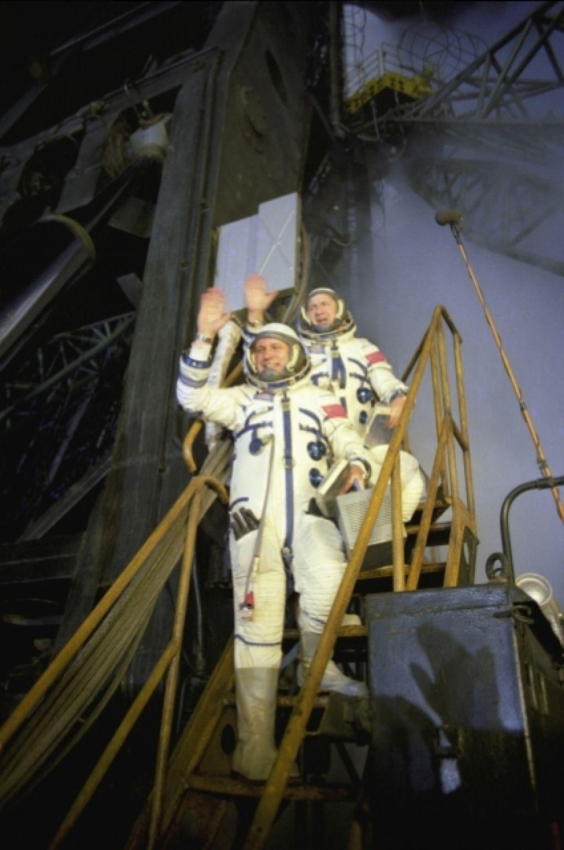 1977 год. Экипаж космического корабля «Союз-24» - командир корабля полковник Виктор Васильевич Горбатко (слева), бортинженер подполковник Юрий Николаевич Глазков.