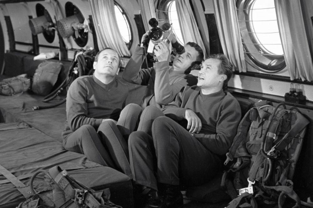 Космонавты Анатолий Филипченко (справа), Владислав Волков (в центре) и Виктор Горбатко (слева) перед началом тренировки. 1969 год.