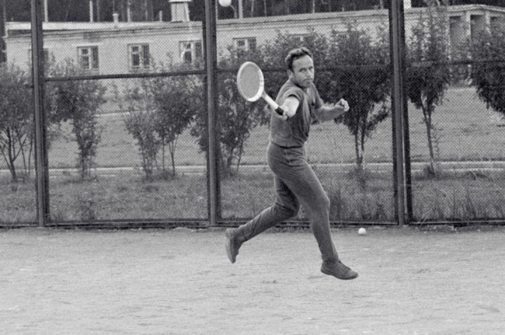 Космонавт Виктор Горбатко на теннисном корте. 1969 год.