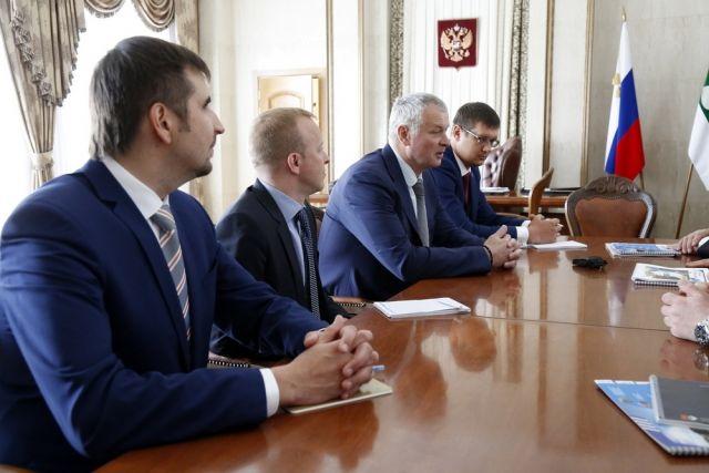 Игорь Коськин (третий слева) рассказывает о перспективах завода в Курганской области.