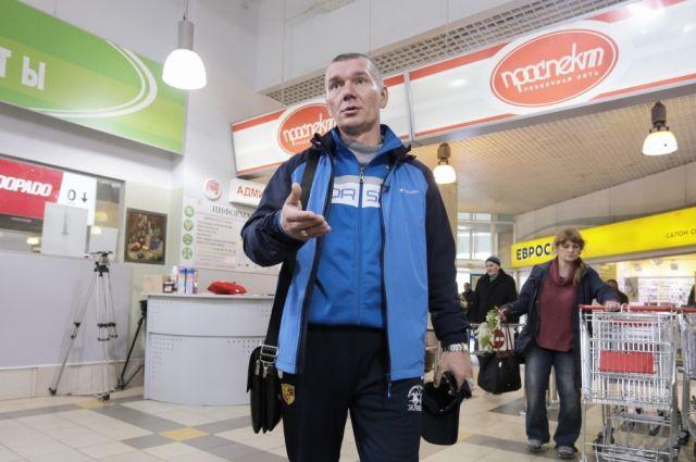 Елизар Кудымов в том самом магазине рассказывает, как его били в подсобке.