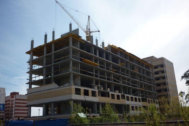 С 13 этажа в Тюмени упал строитель, который чудом остался жив