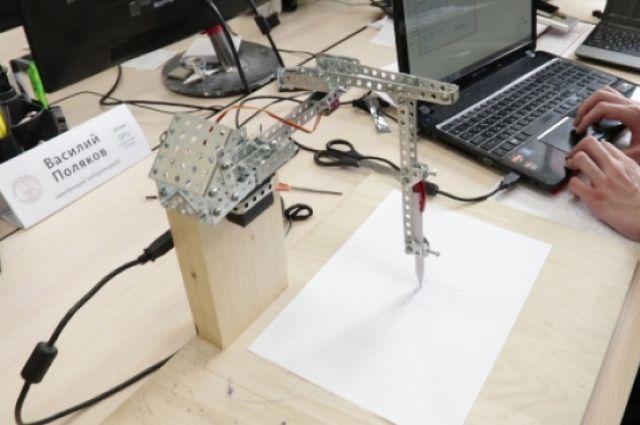 На выставке в Студенческом дворце культуры, школьники, студенты и молодые учёные университета представляют научные разработки в области робототехники.