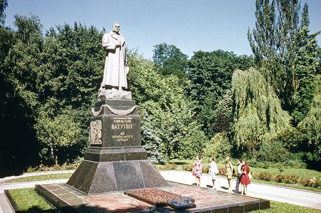 ВКиеве облили красотой монумент генералу Ватутину