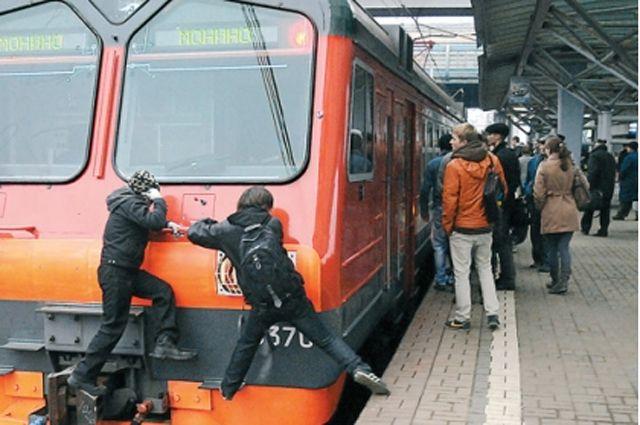 Нажелезнодорожной станции «Малая Вишера» споезда сняли 53-летнего зацепера