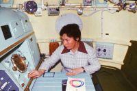 Галина Балашова работает над прототипом «Союза-19», 1975 г.