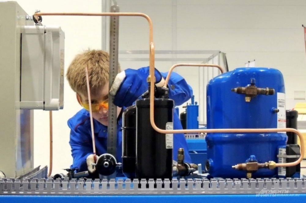 Этот участник выполняет задание в компетенции «Холодильная техника и системы кондиционирования».