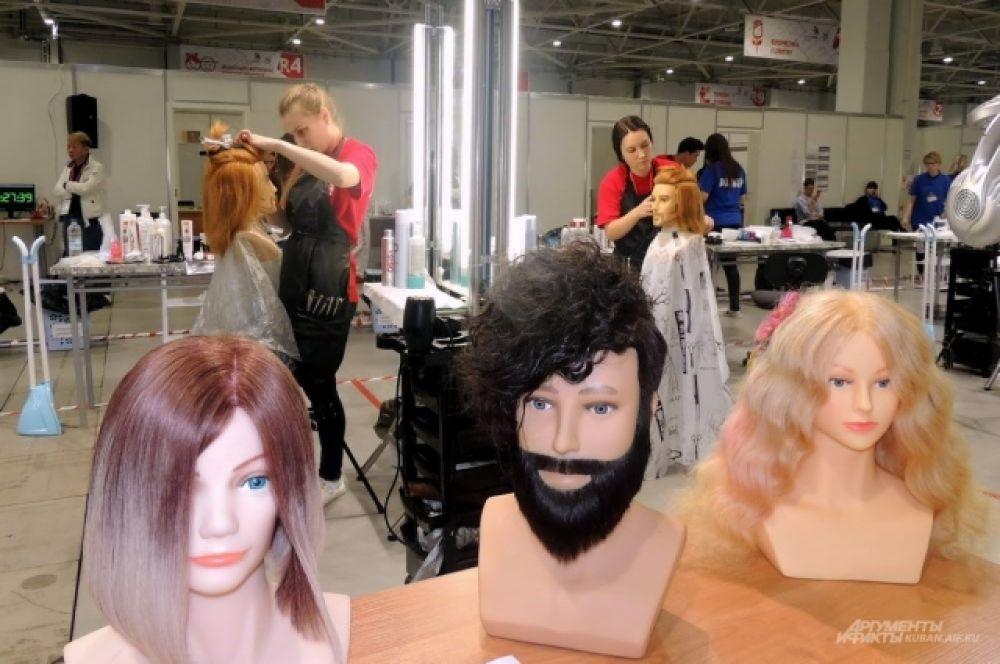 Для максимальной объективности в оценках будущие парикмахеры стригли совершенно одинаковых «клиентов» из пластика.