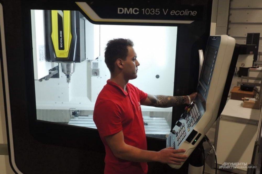 Участник в компетенции «Полимеханика и автоматика» программирует вертикальный фрезерный обрабатывающий центр.