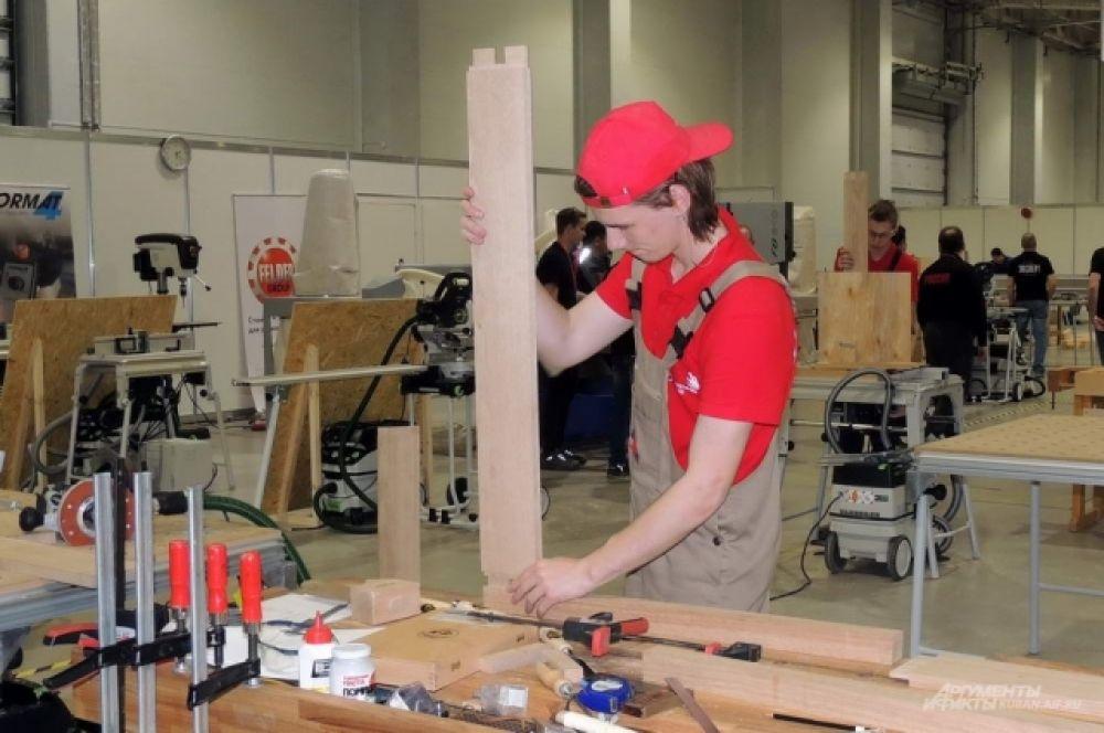 Участник чемпионата в компетенции «Производство мебели».