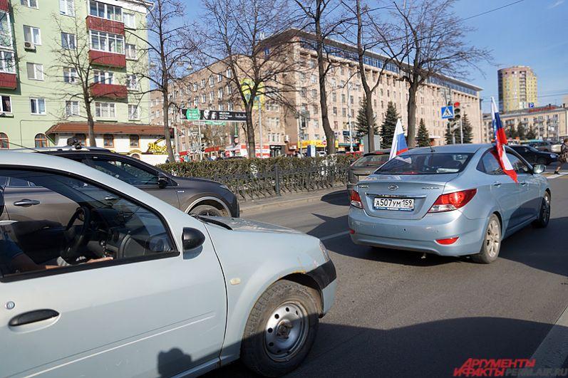Кроме того, по Комсомольскому проспекту проехалась автоколонна дольщиков с флагами и надписями на автомобилях.