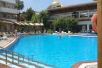 У бассейнов обычно отдыхают дети и европейцы, которые не могут отйти от лобби-бара.