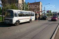 Автобус и автомобиль ехали в одном направлении.