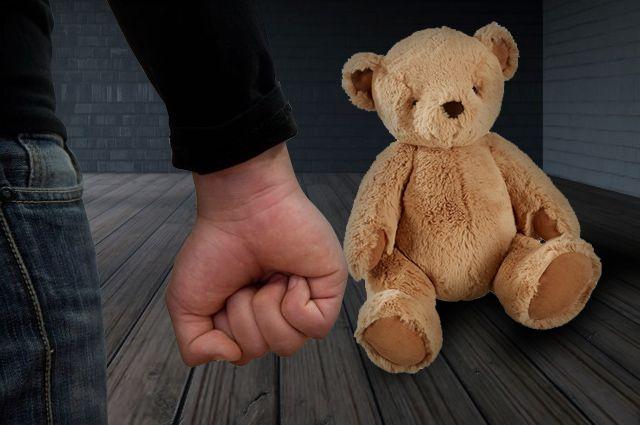 Жителя Кемеровской области будут судить за истязания ребенка.