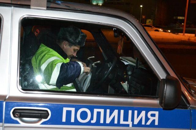 На Ирбитском тракте «Ниссан» снес дорожное ограждение и оказался в кювете