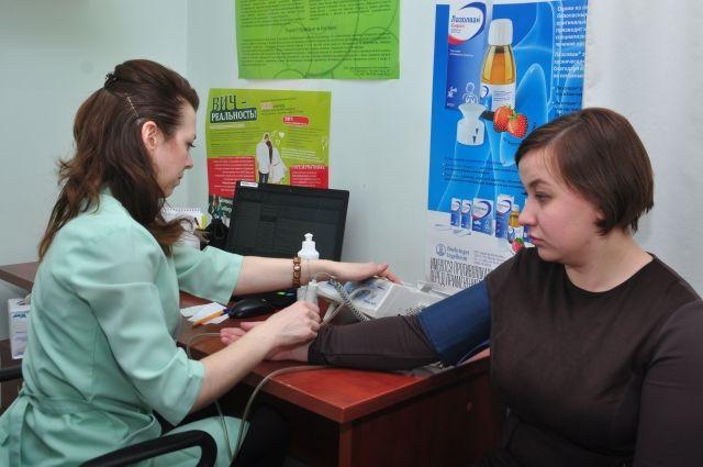 Человеку с повышенным давлением рекомендуют обратиться к врачу.