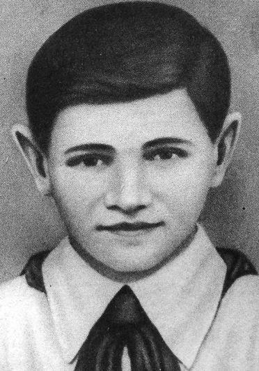 14-летний Валя Котик из украинской деревни Шепетовка стал самым юным Героем Советского Союза. К началу войны он только перешёл в шестой класс школы, но с первых дней начал бороться с немецкими оккупантами. Осенью 1941 года вместе с товарищами убил главу полевой жандармерии, бросив гранату в машину, в которой тот ехал. С 1942 года принимал активное участие в партизанском движении на территории Украины, участвовал в боях, был дважды ранен. В бою за город Изяслав 16 февраля 1944 года был смертельно ранен и на следующий день скончался.