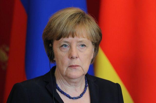 Меркель уверенно опережает Шульца по популярности - опрос