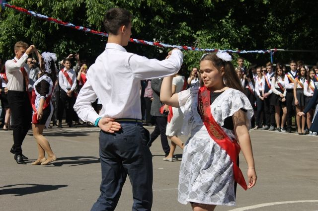 «Последний звонок в парке» — это концертно-развлекательная программа c выступлением молодежных коллективов Перми и традиционной  акцией  по запуску нескольких сотен воздушных шаров «Загадай желание».