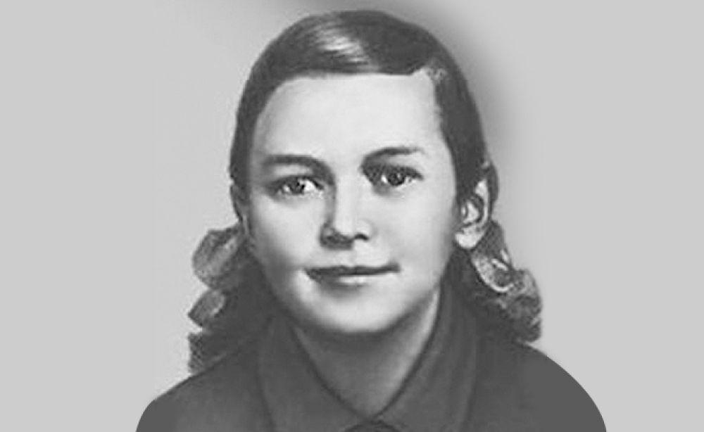 После вторжения гитлеровцев на территорию СССР Зина Портнова оказалась на оккупированной территории. С 1942 года была членом подпольной организации «Юные мстители», в подполье была принята в ВЛКСМ. Работая в столовой курсов переподготовки немецких офицеров, по указанию подполья отравила пищу, в результате чего погибло более ста человек. В декабре 1943 года была схвачена. На одном из допросов, схватив со стола пистолет следователя, застрелила его и ещё двух гитлеровцев и попыталась бежать. Немцы зверски пытали девушку, после чего расстреляли.