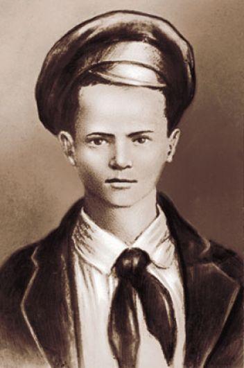 Начало галерее пионеров–героев положил, безусловно, Павлик Морозов. Он был одним из организаторов первого пионерского отряда в деревне Герасимовка Тобольской губернии. В 1931 году, в разгар борьбы с кулачеством, 13-летний Павел свидетельствовал против своего отца, который, будучи председателем сельсовета, сотрудничал с кулаками, а также прятал хлеб, подлежащий сдаче государству. На основании этих показаний Трофим Морозов был осужден на 10 лет. В сентябре 1932 года кулаки, среди которых были родной дед Павла и двоюродный брат мальчика, в лесу зверски убили пионера и его младшего брата Федора.
