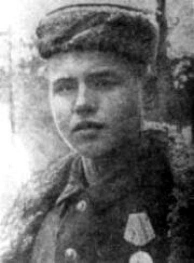 В списке пионеров-героев находится и Лёня Голиков, хотя уже к началу войны ему исполнилось 15 лет. Одна из самых ярких операций Лёни произошла 13 августа 1942 года, когда на шоссе «Луга – Псков» партизаны атаковали машину, в которой находился немецкий генерал-майор инженерных войск Рихард фон Виртц. В декабре 1942 года гитлеровцы начали масштабную антипартизанскую операцию, преследуя отряд, в котором воевал Лёня Голиков. Как и большинство его товарищей, он погиб в бою в Острой Луке.