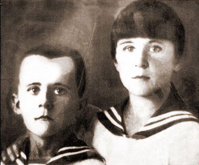 Один из самых известных пионеров-героев Марат Казей вместе со старшей сестрой Ариадной после смерти матери стали бойцами партизанского отряда. Марат был разведчиком. Ловкий паренёк много раз успешно проникал во вражеские гарнизоны в деревнях, добывая ценную развединформацию. В мае 1944 года у деревни Хоромицкие разведгруппу партизан обнаружили гитлеровцы. Напарник Марата погиб сразу, а сам он вступил в бой. Немцы взяли его в «кольцо», рассчитывая захватить юного партизана живым. Когда кончились патроны, Марат подорвал себя гранатой.