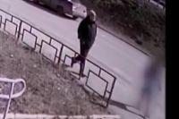 На видео попал момент ещё одной попытки педофила. Запись сделана на улице Революции в Перми в апреле.