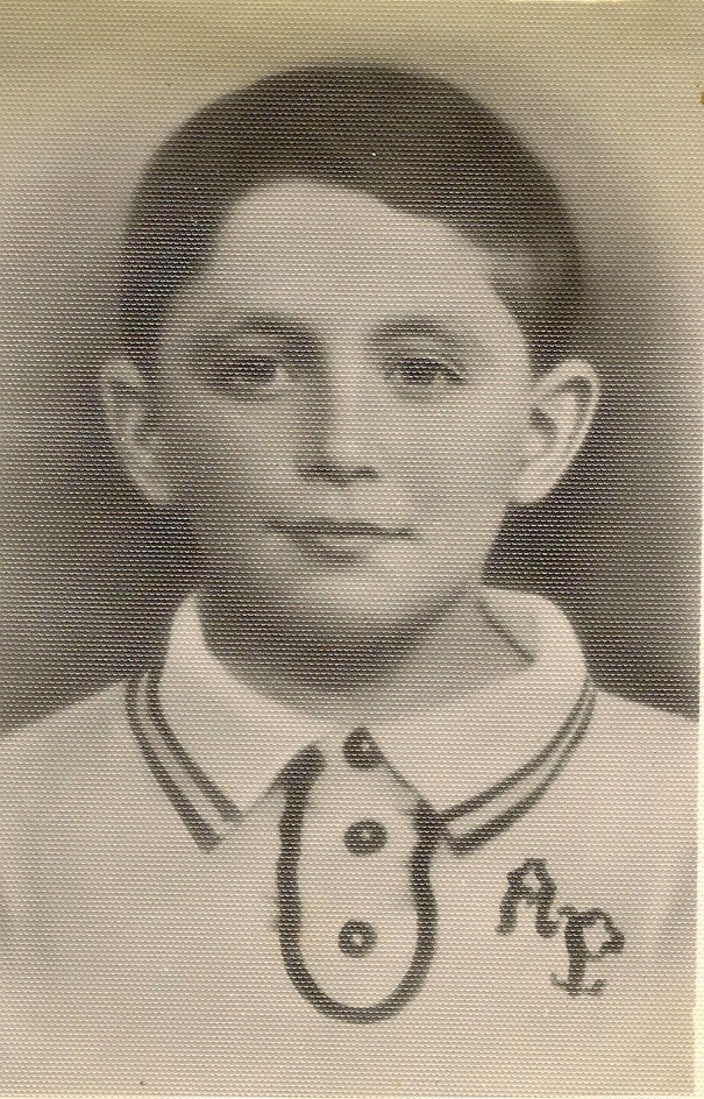 Муся Пинкензон не убил ни одного врага, не распространил ни одной листовки, ни разу не пускал под откос поезда с вражескими танками. Его борьба с фашизмом длилась всего несколько мгновений, а оружием его были скрипка и великое мужество. Семью Пинкензонов арестовали как евреев. В числе других приговоренных к смерти, их вывели на берег Кубани, куда согнали жителей со всей станицы. Перед расстелом 11-летний мальчик, стоя перед гитлеровцами, заиграл «Интернационал» — гимн коммунистов, который в тот момент был гимном Советского Союза, и был расстрелян.