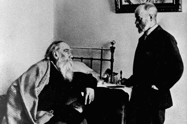 Лев Николаевич Толстой  и врач Душан Петрович Маковицкий в спальне писателя.