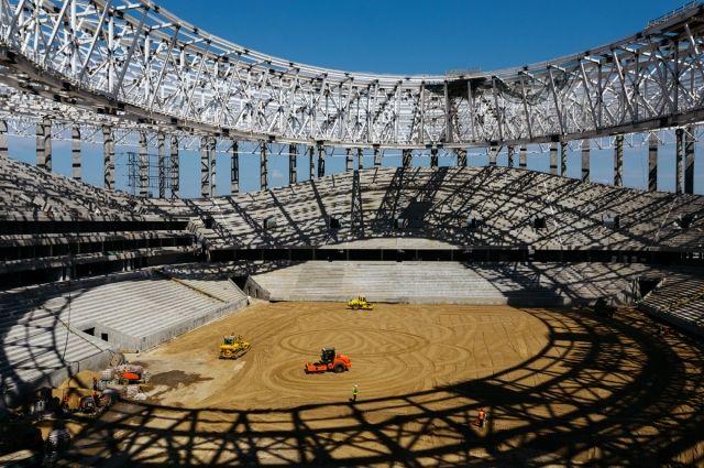 Специалисты готовят основание футбольного поля